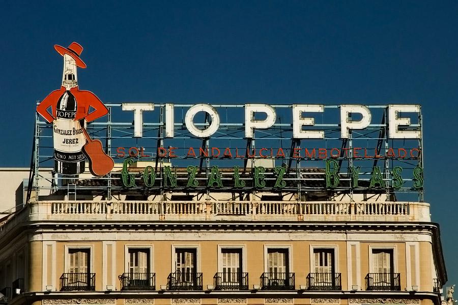 Histórica valla publicitaria de Tio Pepe en la Puerta del Sol de Madrid