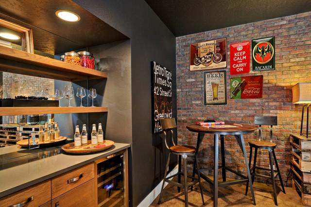decoración de pub con placas y carteles metalicos de publicidad